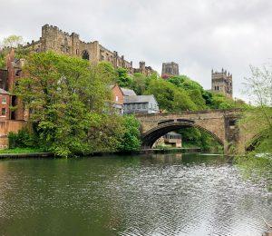 Vistas de la catedral de Durham junto con el rio
